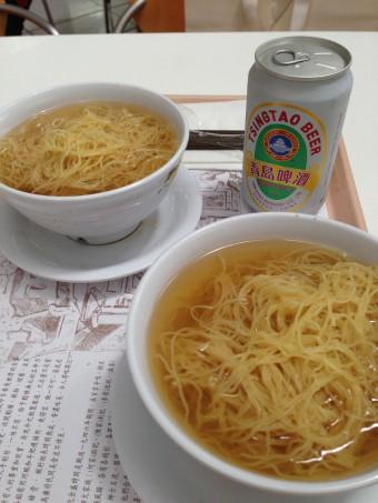 ▲空港で食べた海老ワンタン麺。
