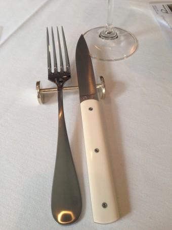 ▲「9.47」ナイフとフォーク。